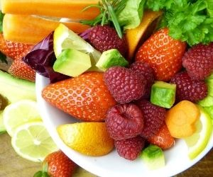 Beeren und Früchte auf einen Teller